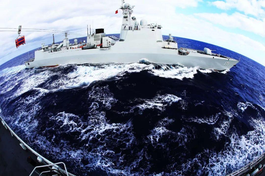 中国千岛湖舰曾在恶劣海况补给神盾舰 两舰几乎相撞