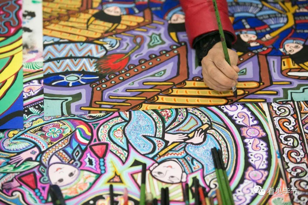 △12月27日,毕节市大方县农民画院,农民画画师正在创作迎新年绘画作品图片