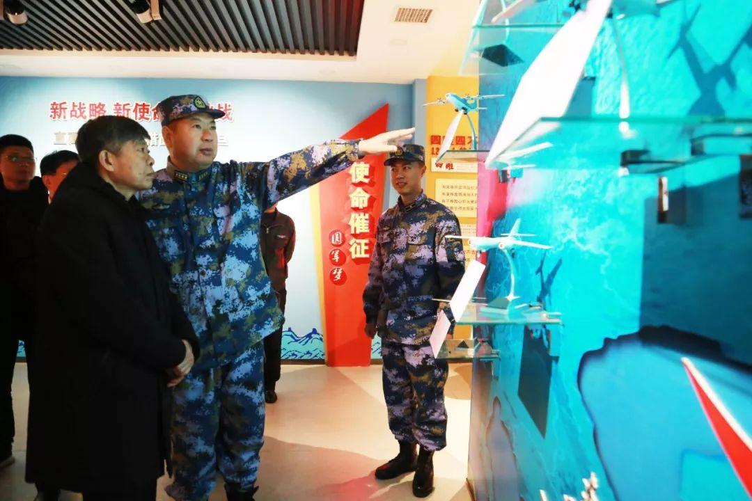 """海军航空兵某部与烟台南山学院举行""""爱国主义教育基地""""揭牌仪式"""