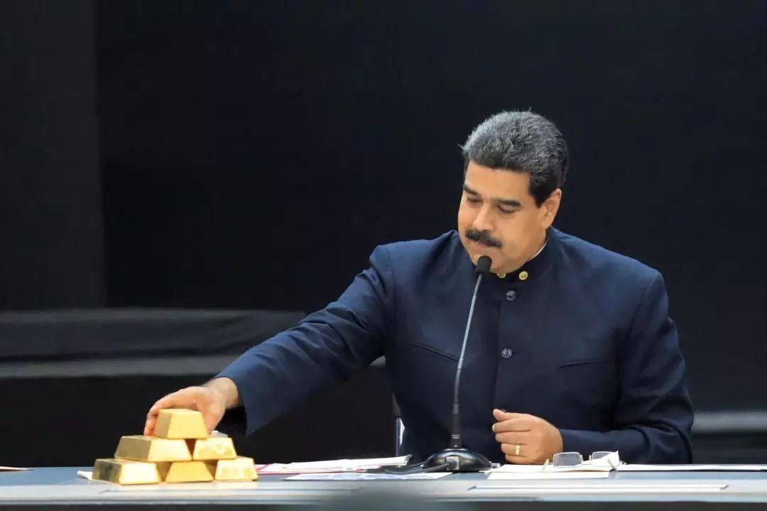 ▲資料圖片:2018年3月22日,委內瑞拉加拉加斯,委內瑞拉總統馬杜羅與主管經濟的官員開會時,桌上碼放著金條。(路透社)