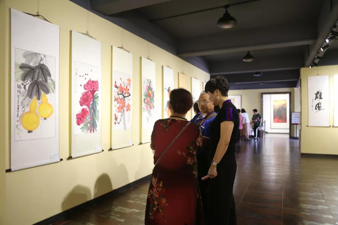 皇冠街道书画剪纸公益展览开展,93幅民间艺术品向祖国致敬