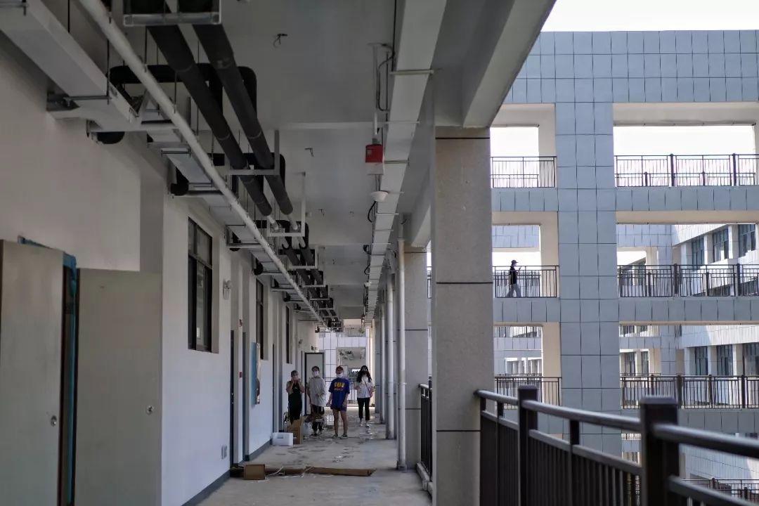 学生组成的志愿者正在维护校舍走廊卫生