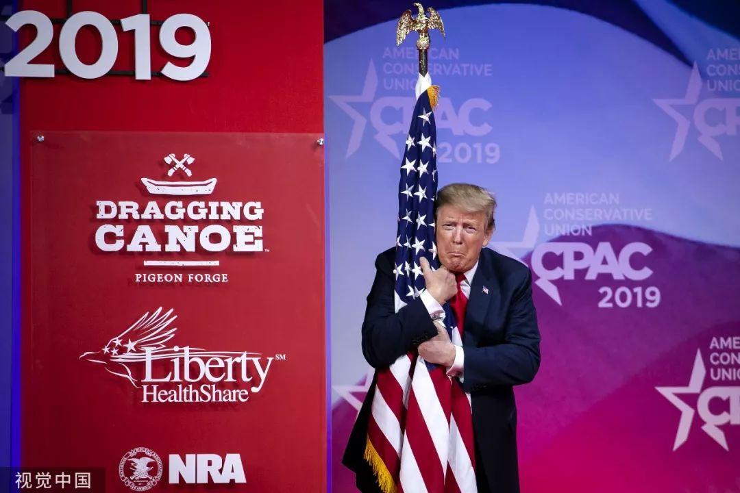 ▲资料图片:当地时间2019年3月2日,美国马里兰州,特朗普在活动中拥抱美国国旗。