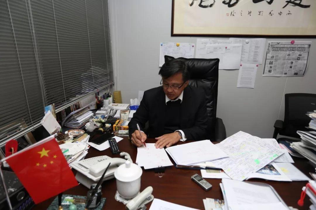 何君尧在他的办公室里。