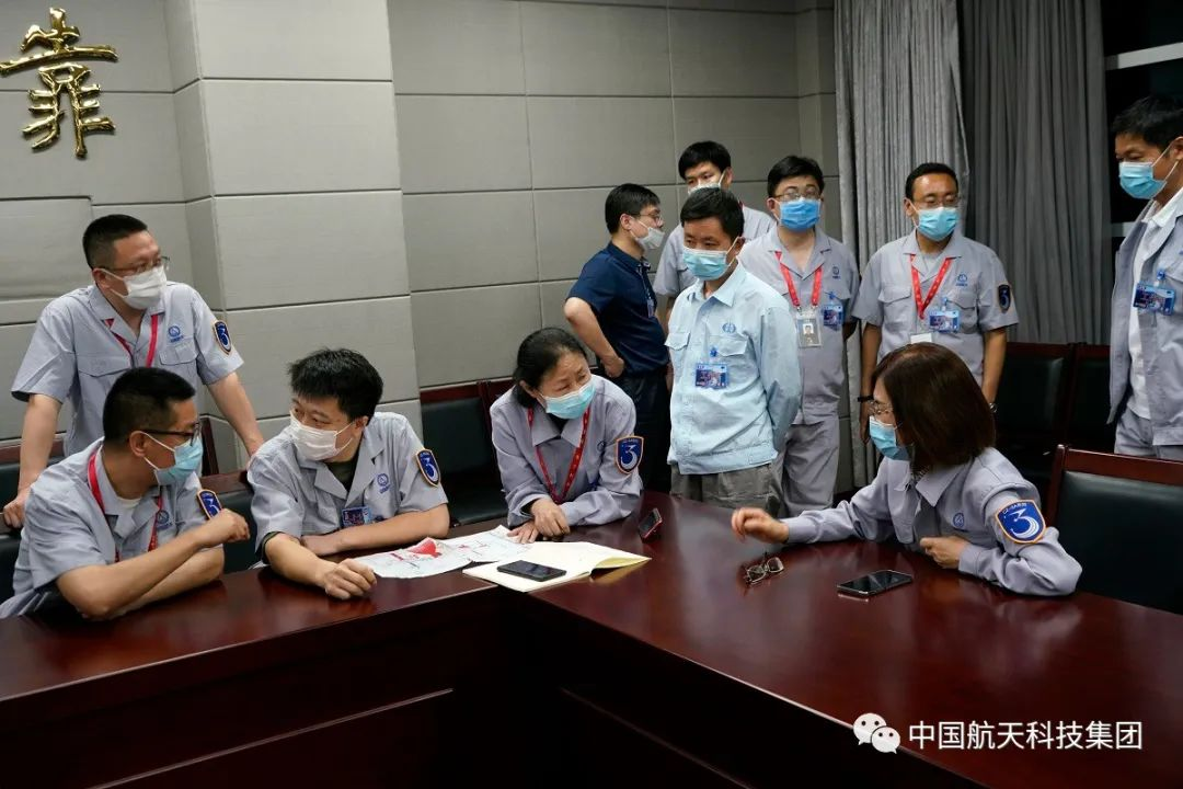 """6月15日20时43分,火箭""""两总""""和手艺职员针对手艺题目举行紧要谈判(刘淮宇 摄)"""