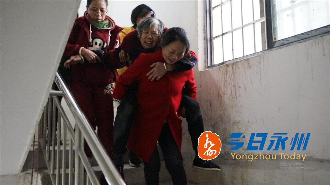 冷水滩一小区电梯停运半月 76岁老人爬楼梯不慎摔倒致骨折