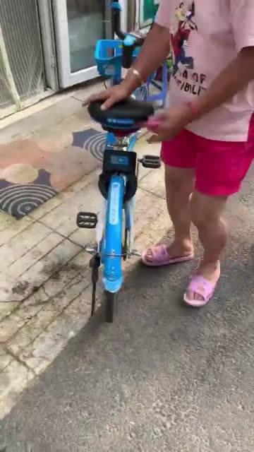 网友爆料:立信街自由胡同,共享单车,锁车状态,停在店门口