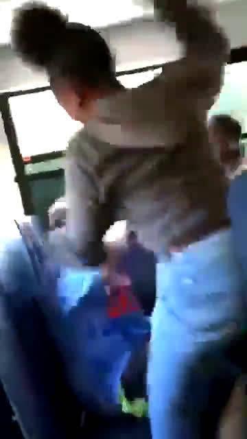 美国一名白人学生在校车上遭到黑人同学的殴打