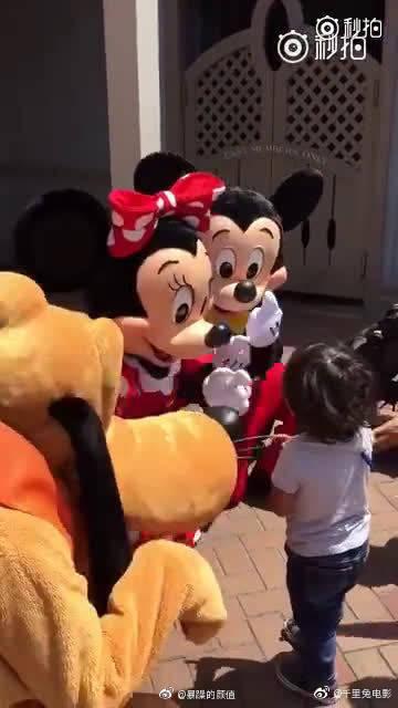 去迪士尼玩的一位聋哑小朋友,惊喜地发现米奇,米妮和布鲁托可以