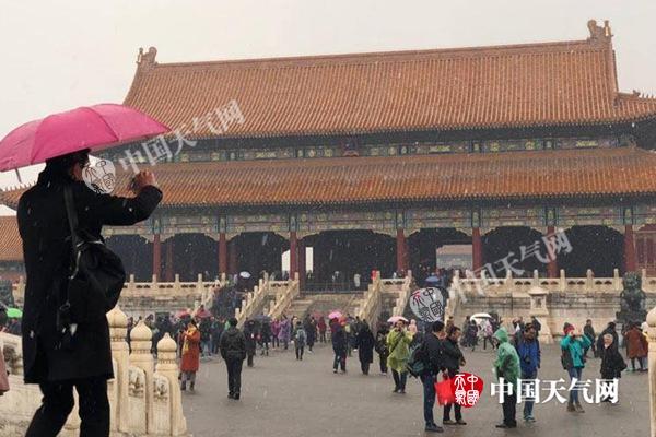 昨天,不少游客雪中游故宫。(图/赵嫣嫣)
