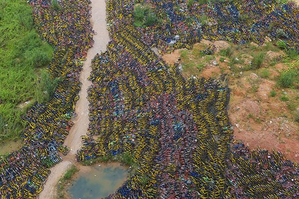 2017年9月28日,在深圳华强北一建筑空地内,密密麻麻摆放了一万多辆各品牌共享单车。视觉中国 资料