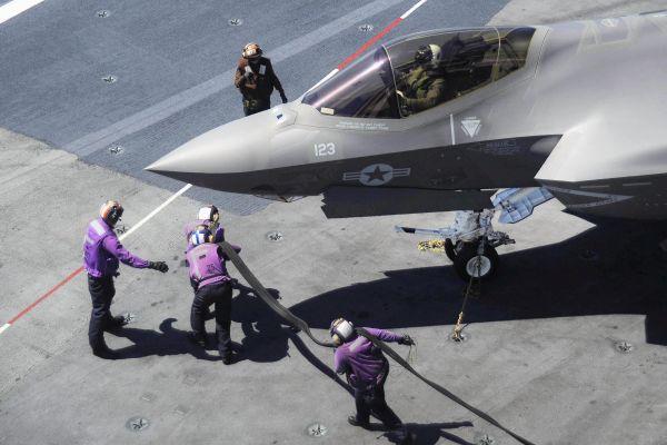 资料图:F-35C上航母训练,接受加油。