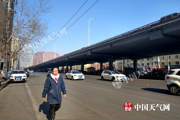 昨天,哈尔滨升温显明,行人纷纭身着春装出行。拍照8楠