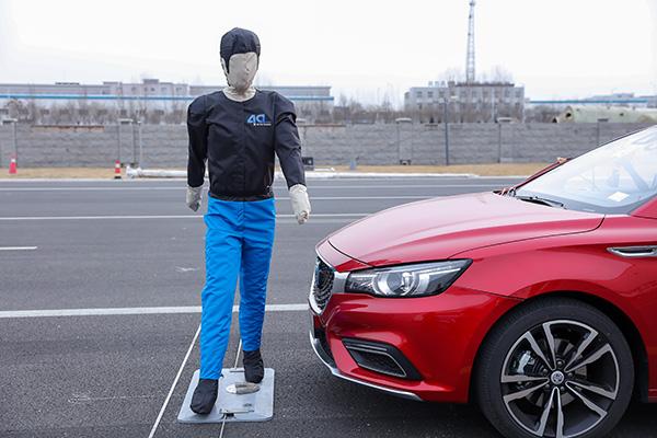 模拟行人横穿马路时,辅助驾驶系统接管车辆,进行制动的试验。在距离行人数十公分处成功停车。澎湃新闻记者 李皙寅 摄