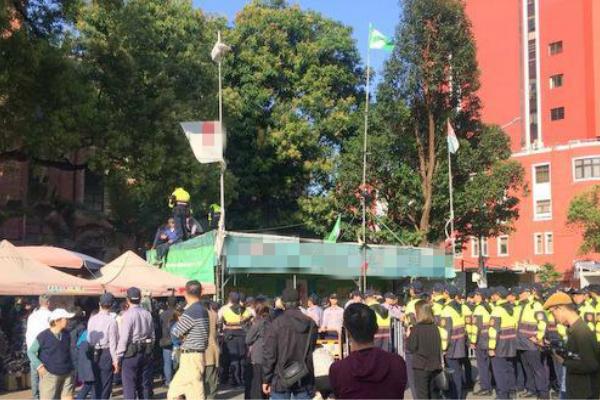"""台北警方赴现场与""""独派""""对峙。(图片来源:中评社)"""