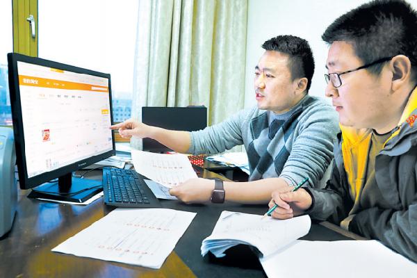 办案职员在规复薛贵的网购买卖记载。 重庆市纪委监察委网站 图
