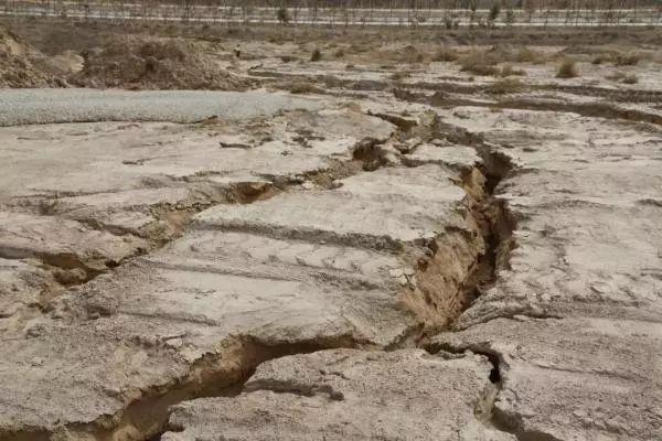 ▲整理后的土地开裂,水土流失严重。 图/中国房地产报