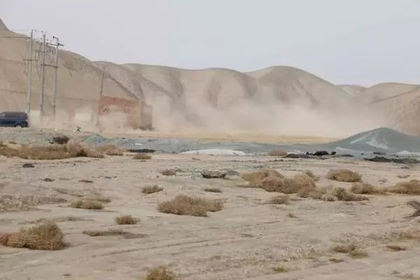▲皋兰县西环路土地开发项目成荒漠,汽车开过尘土飞扬。 图/中国房地产报