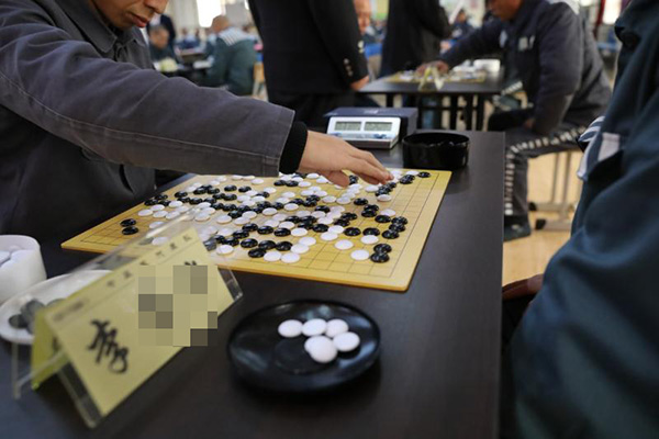 第一轮比赛,服刑人员正在下棋。本文图片 呼兰监狱供图