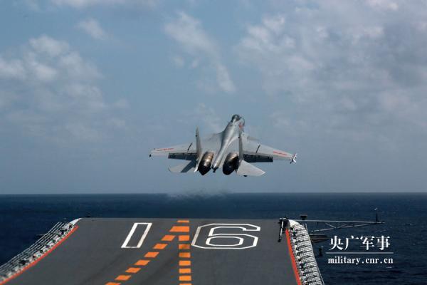 海军辽宁舰航母编队开展远海实兵对抗训练。聂宏杰 摄