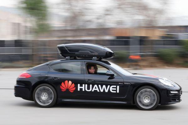 由搭载麒麟970芯片的华为Mate10 Pro智能手机驾驶的保时捷Panamera。(法新社)