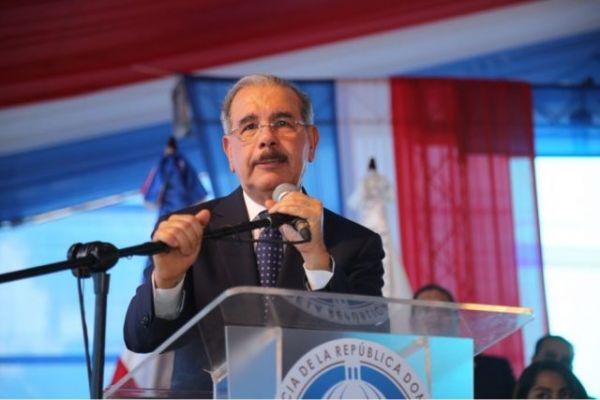 多米尼加总统梅迪纳1日在普拉塔港表示,与中国建交没有任何附加条件。(多米尼加《加勒比日报》网站)