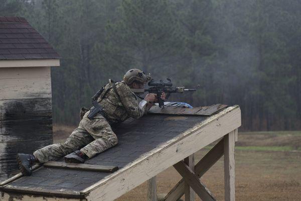 美顶尖特种作战狙击手换新枪 千米距离一枪致命阿泰为什么改名