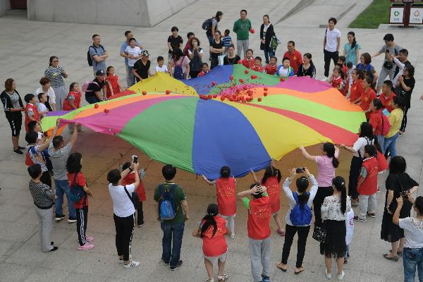 """百余名小志愿者牵手残障儿童开展趣味运动西安市""""小小"""