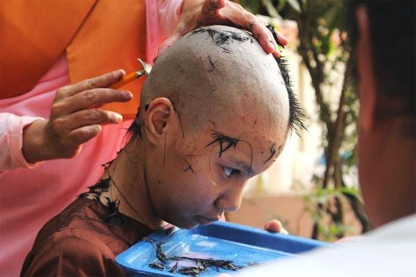 12岁的德差若然在选择成为一名短期尼姑后,剃光了头发。