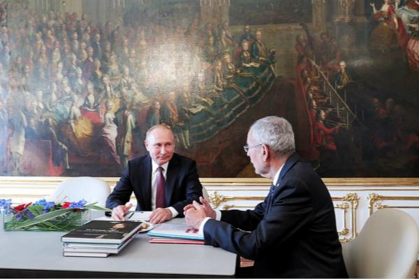 图为俄罗斯总统普京与奥地利总统亚历山大·范德贝伦会面。(图片来源:塔斯社)