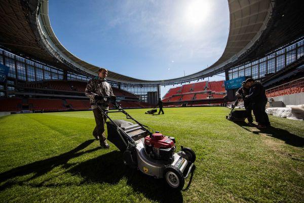 图为叶卡捷琳堡体育场的工作人员在修整草坪,届时该体育场将举办四场小组赛。新华社记者吴壮摄