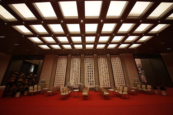 一层小范围会议室外走廊休息区。