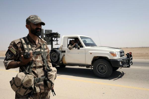 美军向叙利亚代尔祖尔输送军事武器(图片来源:俄罗斯卫星通讯社)