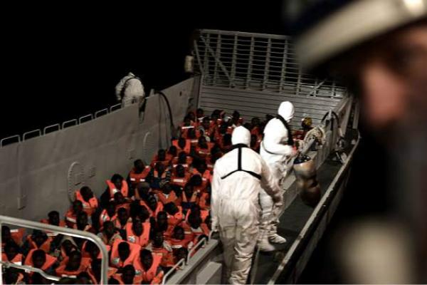 一艘载有629名难民的船只接连被意大利、马耳他拒收。(图片来源:英国《每日邮报》)