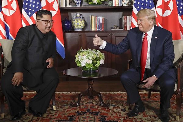 当地时间2018年6月12日,新加坡,朝鲜最高领导人金正恩与美国总统特朗普在圣淘沙岛上的嘉佩乐酒店举行会晤。这是历史上美朝两国在任领导人的首次会晤。东方IC 图