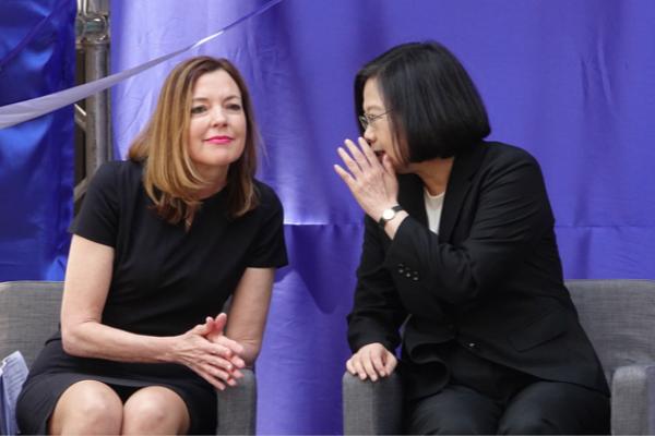 """""""美国在台协会""""举行新馆落成典礼,蔡英文与美方代表互动密切。(图片来源:台媒)"""