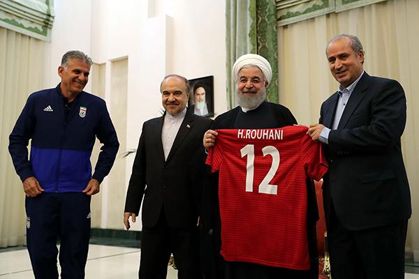 "</div> <p></p> <p>  伊朗队出征前往俄罗斯前,伊朗总统鲁哈尼为队员送行,伊朗队员赠送他一件印有鲁哈尼字样的球衣。</p> <p>  鲁哈尼是伊朗队的铁杆球迷,上届巴西世界杯时,他虽然没能前往现场观看,但他表示如果伊朗队小组出线会受到国家的重奖。</p> <p>  此外,鲁哈尼当时还忙里偷闲,将自己通过电视直播观看伊朗与尼日利亚比赛的照片上传到社交网站上。</p> <p>  照片中的鲁哈尼脱去平日里的装束,换上了一套运动装。赛后他在社交网站上用英语写道:""队员们,我为你们骄傲,你们保住了1分。期待你们的下次胜利。""</p> <div> <div class="