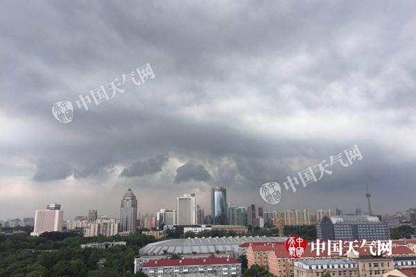 昨天中午,北京乌云压城,强对流天气来袭。