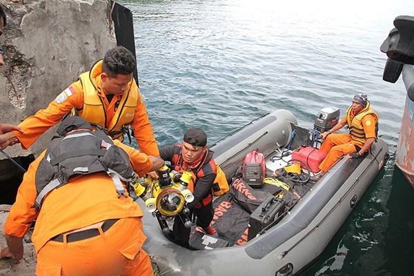 揪心!印尼客船沉没近200人生死未卜,很多游客被困船内无法逃生