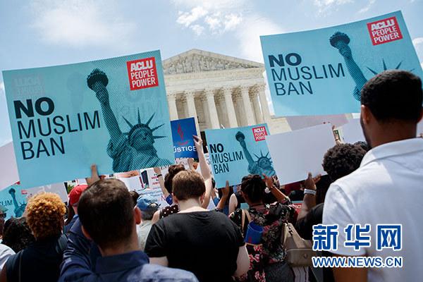 """6月26日,在美国首都华盛顿,人们在联邦最高法院前抗议。美国联邦最高法院26日裁定,总统特朗普去年颁布的移民限制令""""完全符合""""总统职权范围。新华社发(沈霆 摄)"""