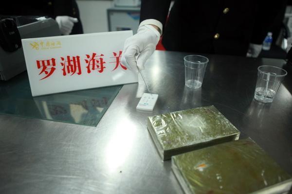 图为:海关关员查获的海洛因 汪兰辉/摄