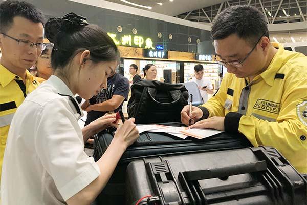 泰国普吉岛沉船事故首批幸存游客回国杭州海关提供快速通关服务(图)