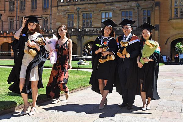 當地時間2017年10月12日,澳大利亞悉尼,中國留學生參加悉尼大學的畢業儀式。視覺中國 資料圖