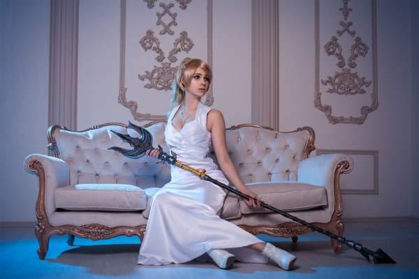乌克兰美女COS《最终幻想15》露娜 一袭白裙优雅迷人