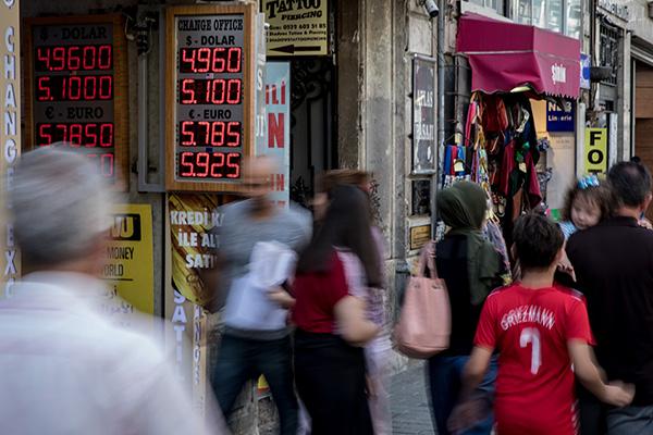 土耳其伊斯坦布爾的貨幣兌換點。2018年以來里拉已下跌近30%。視覺中國 資料
