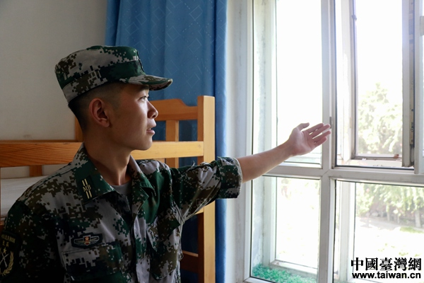 """轩银龙向记者展现宿舍里""""特殊""""的窗子。(中国台湾网 尹赛楠 摄)"""