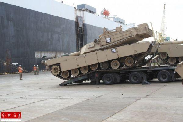 图为参与演习的美军M1A2坦克在波罗的海沿岸港口卸载登陆。