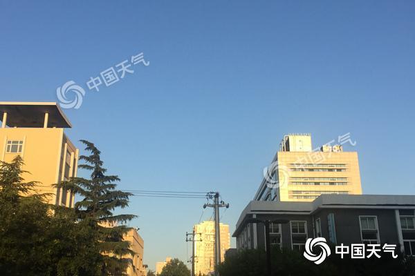 """今晨,北京天空颜值依旧""""在线""""。"""
