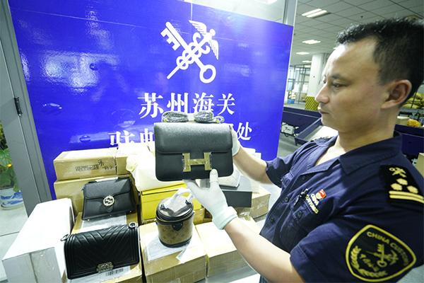 图为:苏州海关驻邮局办事处查获一批侵权用品 夏振邦/摄