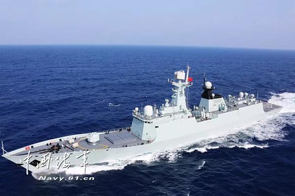 """航行中的054A型 """"黄山""""号导弹护卫舰。"""